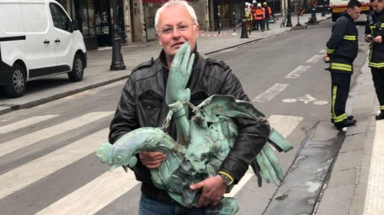 Χαμόγελα μέσα στις στάχτες: Βρέθηκε ο κόκορας του καμένου κωδωνοστασίου της Παναγίας των Παρισίων