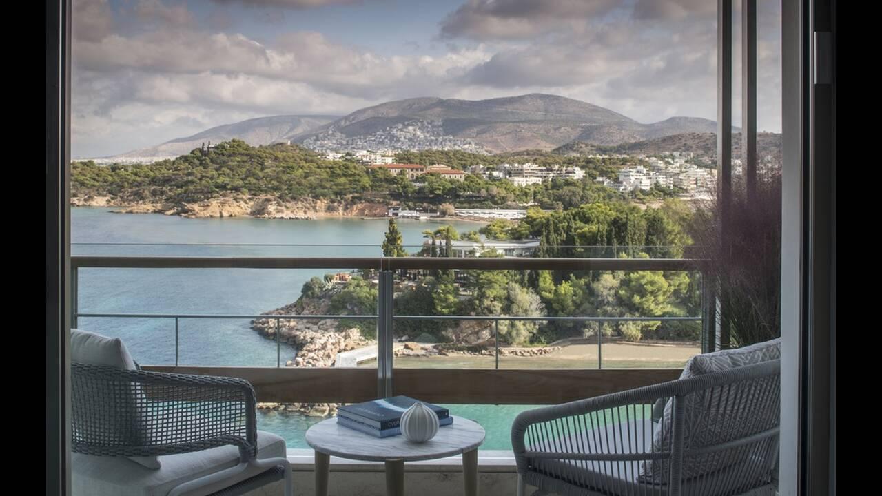 https://cdn.cnngreece.gr/media/news/2019/04/17/173375/photos/snapshot/Four-Seasons-Astir-Palace-Hotel-Athens---Arion-Sea-View-room-2.jpg