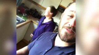 Ξεκαρδιστικό βίντεο: Μπήκε σε ξένο σπίτι μεθυσμένος, μαγείρεψε και κοιμήθηκε στον καναπέ