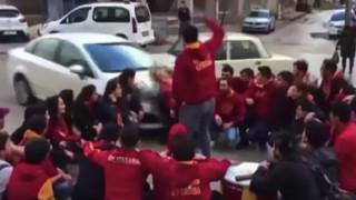 Βίντεο που κόβει την ανάσα: Οπαδοί της Γαλατά παρασύρονται από αυτοκίνητο και σώζονται από θαύμα