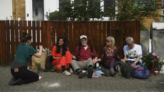 Aκτιβιστές για το κλίμα αλυσοδέθηκαν έξω από το σπίτι του Κόρμπιν