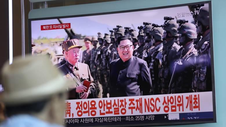 Ο Κιμ Γιονγκ Ουν επέβλεψε δοκιμή νέου κατευθυνόμενου όπλου