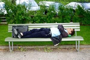 2. Είναι υγιές να κοιμάσαι οποτεδήποτε, οπουδήποτε: Η δυνατότητα να κοιμάται κανείς αμέσως, όπου και αν βρίσκεται, θεωρούνταν υγιής. Αποδεικνύεται, όμως, το ακριβώς αντίθετο. Όπως σημειώνει η ερευνήτρια, το σώμα των εν λόγω ανθρώπων είναι εξασθενημένο και