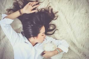 3. Το μυαλό και το σώμα μπορούν να προσαρμοστούν σε λιγότερες ώρες ύπνου: Πρόκειται για ακόμη έναν μύθο, σύμφωνα με τους ειδικούς. Το σώμα περνά από τέσσερις διαφορετικές φάσεις ύπνου για να μπορέσει να επανέλθει. Στην πρώτη φάση ύπνου το άτομο κοιμάται ε