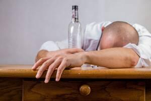 5. Η κατανάλωση αλκοόλ πριν από τον ύπνο βοηθάει στο να κοιμηθείς ευκολότερα: Το αλκοόλ μπορεί να βοηθάει στο να κοιμόμαστε πιο εύκολα, αλλά αυτό είναι το μόνο πλεονέκτημά του. Στην πραγματικότητα «παγιδεύει» το σώμα σε έναν ελαφρύ ύπνο κάτι που μειώνει π