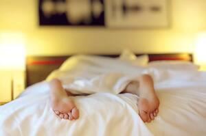 7. Δεν έχει σημασία τι ώρα της ημέρας κοιμόμαστε: Αυτός είναι ακόμη ένας μύθος, που έχει σημαντικές επιπτώσεις στην υγεία. Οι ειδικοί συστήνουν να υπάρχει ένα πρόγραμμα ύπνου, το οποίο ελέγχει το βιολογικό ρολόι μας. Αυτό ελέγχει όλες τις ορμόνες του σώμα