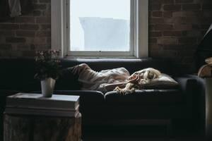 8. Το να βλέπεις τηλεόραση στο κρεβάτι σε βοηθά να ηρεμήσεις: Παρότι αυτό είναι κάτι που κάνει ο περισσότερος κόσμος, πρόκειται για μία κακή συνήθεια. (Μπορεί η τηλεόραση να αντικατασταθεί από το κινητό ή το laptop). Αυτές οι συσκευές εκπέμπουν ένα φωτειν