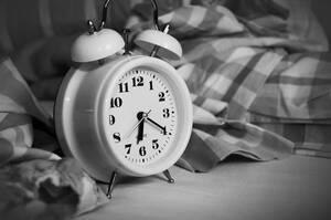 9. Δεν είναι κακό να πατήσεις το κουμπί της αναβολής στο ξυπνητήρι, δεν χρειάζεται να ξυπνήσεις αμέσως: Πρέπει να αντιστεκόμαστε στην ανάγκη να το κάνουμε γιατί το σώμα μπαίνει πάλι σε φάση ύπνου, αλλά ενός πολύ ελαφριού ύπνου. Την ώρα που το σώμα είναι έ