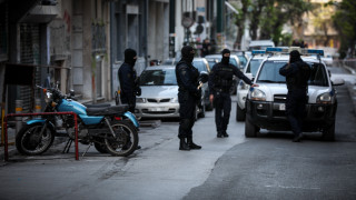 Επιχείρηση στα Εξάρχεια: Μάσκες, πυρσοί και σφαιρίδια βρήκαν οι αστυνομικοί σε κτήριο υπό κατάληψη