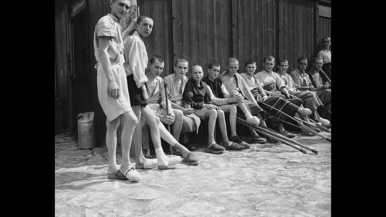 1945, Μπούχενβαλντ.  Αποστεωμένοι κρατούμενοι στο στρατόπεδο συγκέντρωσης του Μπούχενβαλντ, στην Ανατολική Γερμανία. Οι περισσότεροι από αυτούς δεν έχουν καμία ελπίδα επιβίωσης, ακόμα και μετά την απελευθέρωσή τους, λόγω των κακουχιών που έχουν υποστεί.