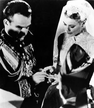 1956, Μονακό.  Ο πρίγκιπας Ρενιέ ο Γ' του Μονακό και η Αμερικανίδα ηθοποιός Γκρέις Κέλι παντρεύονται στον Καθεδρικό ναό του Μονακό.