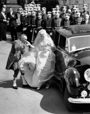1956, Μονακό.  Η Γκρέις Κέλι βγαίνει από το αυτοκίνητο και κατευθύνεται προς την εκκλησία προκειμένου να παντρευτεί τον πρίγκιπα του Μονακό Ρενιέ τον Γ'.