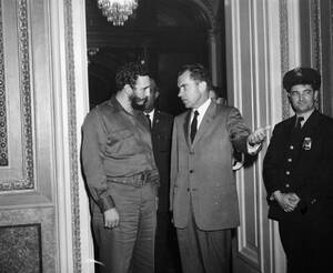 1959, Ουάσινγκτον.  Ο Αμερικανός Πρόεδρος Ρίτσαρντ Νίξον και ο Πρωθυπουργός της Κούβας, Φιντέλ Κάστρο, βγαίνουν από το γραφείο του πρώτου μετά τη συνάντησή τους που κράτησε 2 ώρες και 20 λεπτά και έγινε πίσω από κλειστές πίρτες. Ο αρχικός προγραμματισμός