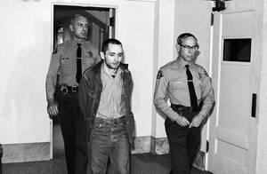 1971, Λος Άντζελες.  Ο Τσαρλς Μάνσον επιστρέφει στο κελί του, αφού έχει καταδικαστεί προ ολίγου σε θάνατο για τη δολοφονία της Σάρον Τέιτ.