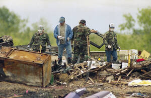 1993, Γουέικο, Τέξας.  Συνεργεία διάσωσης εξακολουθούν να αναζητούν τυχόν επιζώντες στα συντρίνμια του καταφυγίου της αίρεσης των Δαυιδιανών. Μέχρι στιγμής 58 άνθρωποι έχουν ανασσυρθεί νεκροί από τα ερείπια. Το καταφύγιο κάηκε ολοσχερώς μετά από 91 μέρες