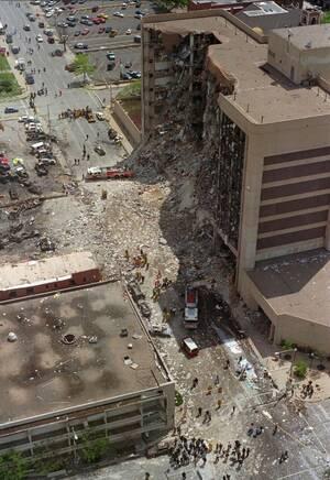 1995, Οκλαχόμα.  Το ομοσπονδιακό κτήριο Alfred Murrah στην πόλη της Οκλαχόμα, μετά από τη βομβιστική επίθεση που συγκλόνισε την πόλη.