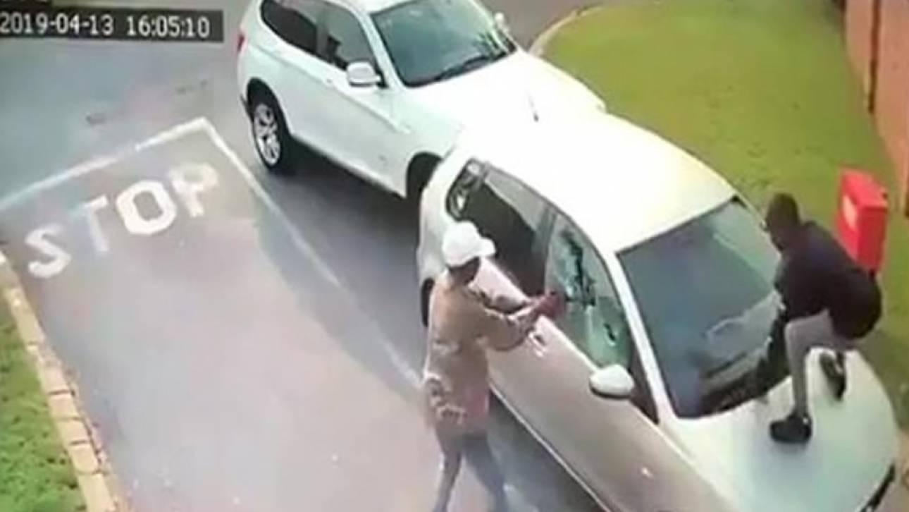 Νότια Αφρική: Ληστές πυροβολούν το αυτοκίνητο τουρίστριας για να της το κλέψουν