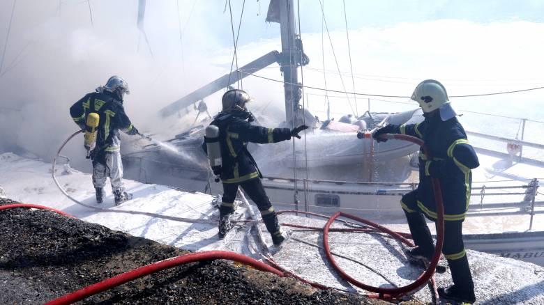 Φωτιά σε ιστιοφόρο στην Αίγινα