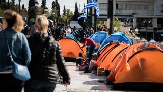 Στην πλατεία Συντάγματος οι πρόσφυγες που διέμεναν σε κατάληψη στα Εξάρχεια