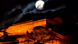 Ροζ πανσέληνος: Εντυπωσιακές εικόνες του φεγγαριού από την Ελλάδα