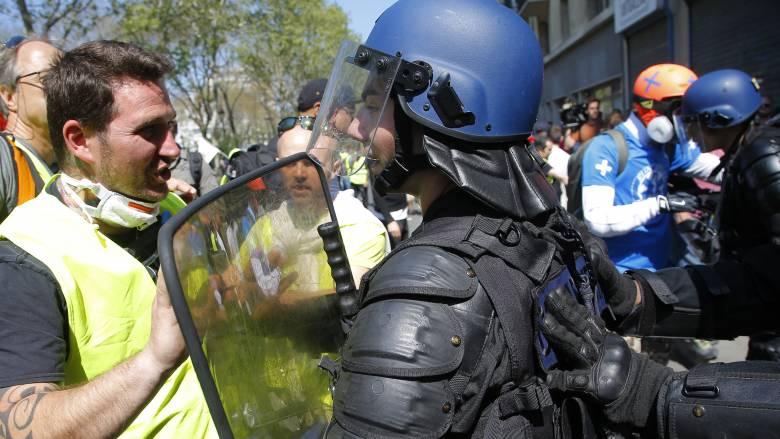 Γαλλία: «Άγρια» επεισόδια και νέες συγκρούσεις μεταξύ αστυνομίας και «κίτρινων γιλέκων»