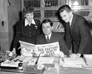 1945, Ουάσινγκτον.  ο Αντρέϊ Γκρομίκο (στο κέντρο), ο Σοβιετικός πρέσβης στις ΗΠΑ, διαβάζει στις εφημερίδες την είδηση για την είσοδο των σοβιετικών στρατευμάτων στα προάστεια του Βερολίνου.