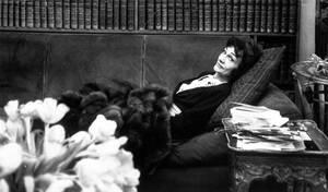 """1954, Παρίσι.  Η Γκαμπριέλ """"Κοκό"""" Σανέλ επιστρέφει στον κόσμο της μόδας μετά από απουσία 15 ετών."""