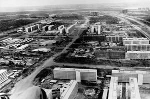 1960, Μπραζίλια.  Μια εναέρια λήψη των έργων για την κατασκευή της Μπραζίλια. Η πόλη σαν σήμερα ανακυρήχθηκε πρωτεύουσα της Βραζιλίας, παίρνοντας τον τίτλο από το Ρίο ντε Τζανέιρο.
