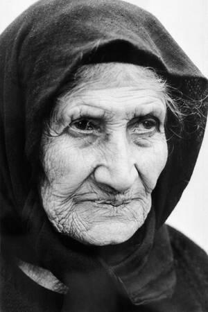 """1979, Κύπρος.  Η 88χρονη Ελληνοκύπρια Γεωργία Κυρίκου, μετά την τουρκική εισβολή ζει στο δάσος της Άχνας, σε οικισμό προσφύγων. """"Ζούσα στο δικό μου πέτρινο σπίτι στο χωριό μου"""", λέει. """"Εδώ στο δάσος, σκουλήκια μπαίνουν από τα πατώματα""""..."""
