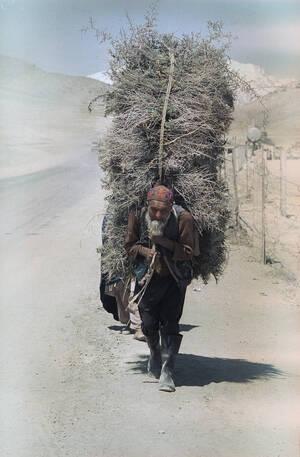 1989, Αφγανιστάν.  Ένας ηλικιωμένος Αφγανός κουβαλάει στην πλάτη του προσανάμματα, τα οποία πηγαίνει να πουλήσει στην κεντρική αγορά της Καμπούλ.