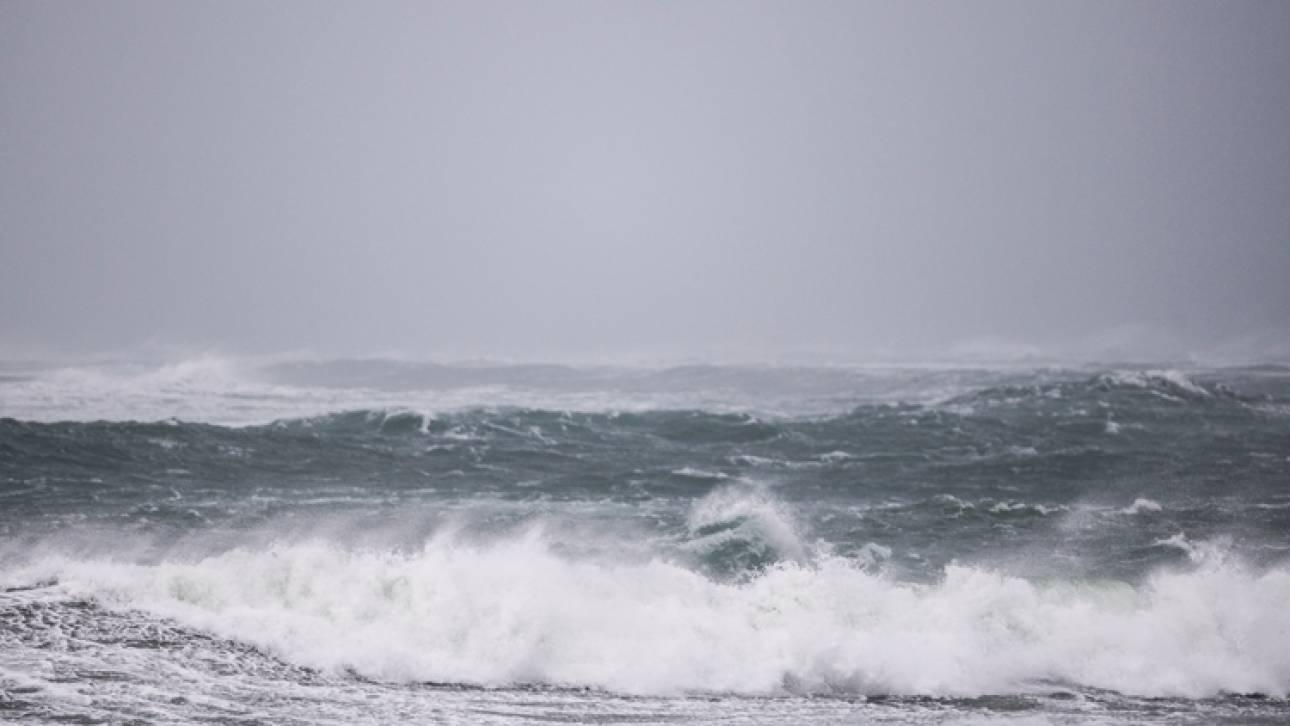 Έβγαζε selfie σε βράχο και έπεσε στον ωκεανό – Νεκροί οι διασώστες που πήγαν να τον ανασύρουν