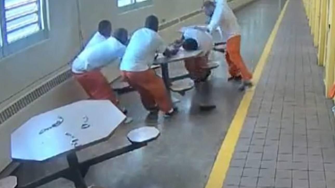 Οχάιο: Απίστευτη ρατσιστική επίθεση εναντίον τεσσάρων μαύρων κρατούμενων σε φυλακή (vid)