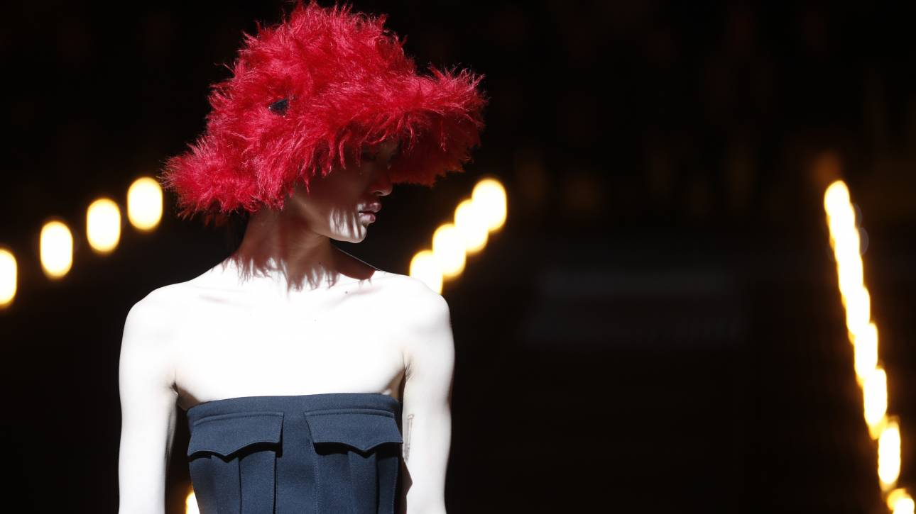 O Οίκος Prada γυρίζει την πλάτη στο Μιλάνο: Η Κίνα είναι η νέα παγκόσμια Μέκκα της μόδας