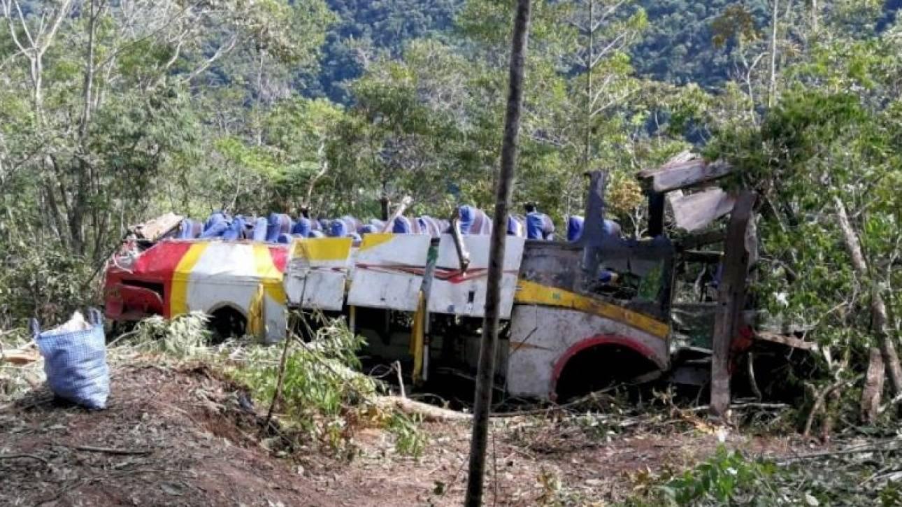 Τραγωδία στη Βολιβία: Δεκάδες νεκροί από πτώση λεωφορείου σε χαράδρα