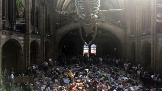 Λονδίνο: Διαμαρτυρία die-in στο μουσείο Φυσικής Ιστορίας για την κλιματική αλλαγή