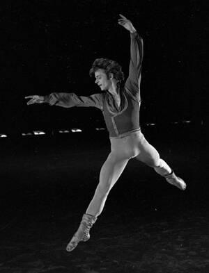 1978, Νέα Υόρκη.  Ο Μιχαήλ Μπαρίσνικοφ, κάνει πρόβες για τηλεοπτική εκπομπή, στο θέατρο Μπρόντγουεϊ.
