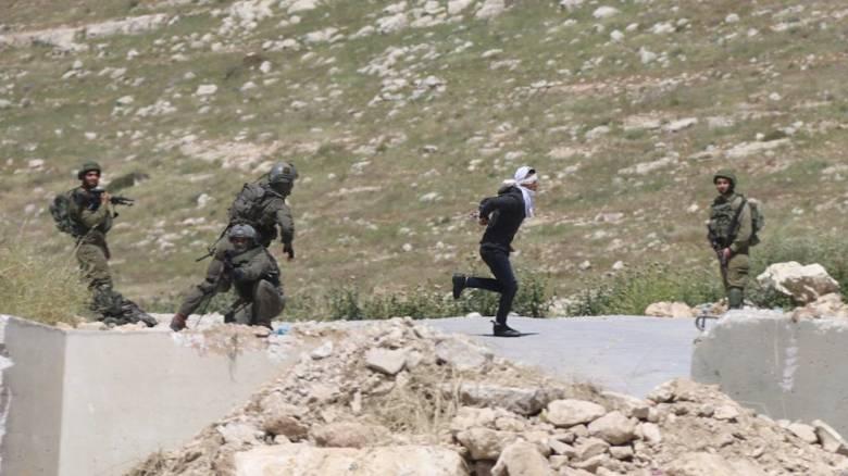 Ισραηλινοί στρατιώτες άνοιξαν πυρ κατά 15χρονου Παλαιστινίου που έτρεχε με δεμένα χέρια και μάτια