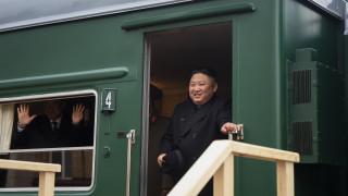 Οι συνοδοί του Κιμ Γιονγκ Ουν γυάλισαν μέχρι και τις χειρολαβές του τρένου του!
