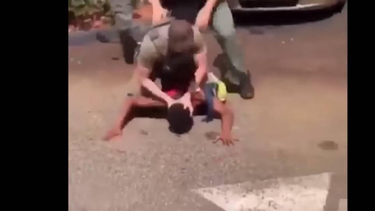 Οργή στις ΗΠΑ: Αστυνομικοί χτυπούν το κεφάλι 15χρονου στο έδαφος για να τον συλλάβουν