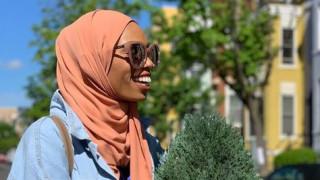 Η μουσουλμάνα που «χαμογέλασε μπροστά στον φανατισμό» και έγινε viral (pics)