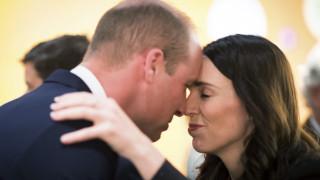 Μύτη με μύτη η υποδοχή του πρίγκιπα Γουίλιαμ από τη Νεοζηλανδή πρωθυπουργό
