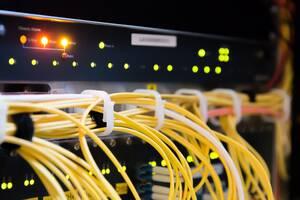 Τέλος, όπως εξηγεί η εταιρεία τεχνολογίας Fing, οι διαδικτυακές κάμερες χρειάζονται σύνδεση για να αποθηκεύσουν ή να μεταδώσουν το υλικό τους. Οπότε, οι κάμερες πρέπει να είναι συνδεδεμένες με το ίδιο WiFi στο οποίο έχουν πρόσβαση και οι επισκέπτες, οπότε
