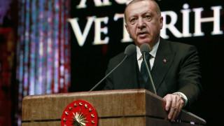 Ο Ερντογάν τα βάζει με τους εσωκομματικούς εχθρούς του