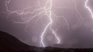 «Τρελάθηκε» ο καιρός: 6.000 κεραυνοί στα βόρεια - Στους 32 βαθμούς η θερμοκρασία στα νότια