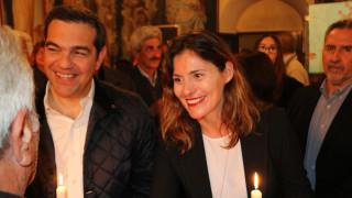Το «φιλί της αγάπης» του Αλέξη Τσίπρα στην Περιστέρα Μπαζιάνα για το «Χριστός Ανέστη»