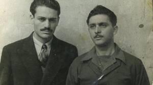 2011, Αθήνα.  Πεθαίνει ο Λάκης Σάντας (στη φωτογραφία δεξιά, μαζί με το Μανώλη Γλέζο). Τη νύχτα της 30ής Μαΐου 1941 κατεβάζει, μαζί με το φίλο του Μανώλη Γλέζο, τη χιτλερική σημαία από το βράχο της Ακρόπολης. Το 1942, κυνηγημένος από τους Γερμανούς, εντά