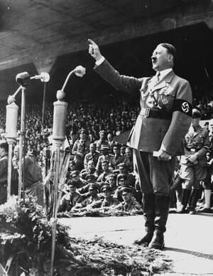 1945, Βερολίνο.  Ο Αδόλφος Χίτλερ και η ερωμένη του, Εύα Μπράουν, αυτοκτονούν στο καταφύγιό τους, στα υπόγεια της Καγκελαρίας στο Βερολίνο. Ο Χίτλερ δημιούργησε το Ναζιστικό κόμμα το 1919 και έγινε Καγκελάριος το 1933.