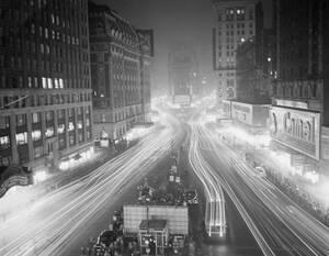 """1942, Νέα Υόρκη.  Τα φώτα της Νέας Υόρκης, που """"δεν σβήνουν ποτέ"""", έχουν ήδη χαμηλώσει και ετοιμάζονται να σβήσουν για πρώτη φορά, στο γενικό μπλακ άουτ που διατάχθηκε λόγω του φόβου των βομβαρδισμών."""