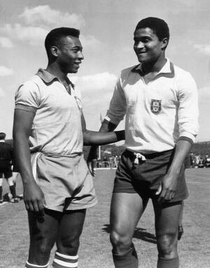 1963, Λισαβόνα.  Ο Βραζιλιάνος σταρ του ποδοσφαίρου Πελέ (αριστερά) συνομιλεί με τον παίκτη της Πορτογαλικής Μπενφίκα Εουσέμπιο.