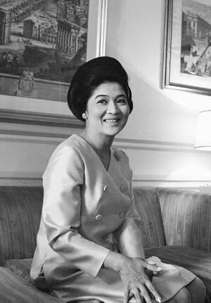 """1969, Ρώμη.  Η Ιμέλντα Μάρκος, σύζυγος του Προέδρου των Φιλιππίνων, σε συνέντευξη Τύπου στη Ρώμη. Η Μάρκος είπε ότι """"οι πιθανότητες του συζύγου της να επανεκλεγεί τον ερχόμενο Σεπτέμβριο είναι πολύ, πολύ καλές""""."""